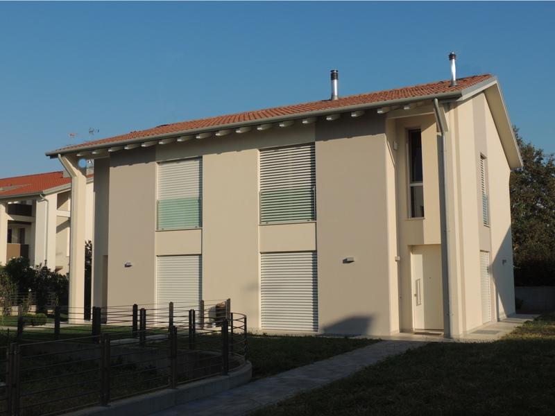 Un'abitazione bifamiliare inserita in un nuovo contesto residenziale lontano del traffico. Nella stessa zona residenziale sono in fase di progettazione e realizzazione altre unità abitative indipendenti.