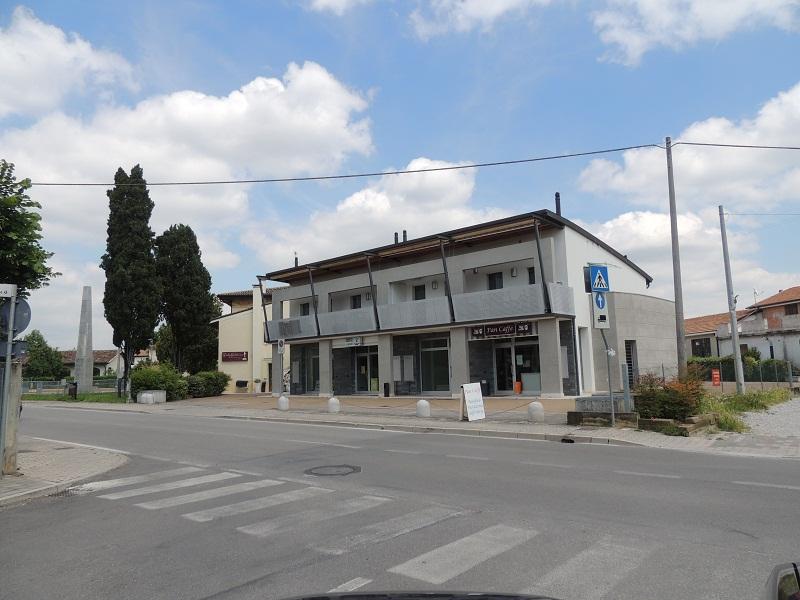 Vendita o Affitto di spazi commerciali o direzionali a Camalò di Povegliano. Vetrina rivolta verso la strada principale del paese.