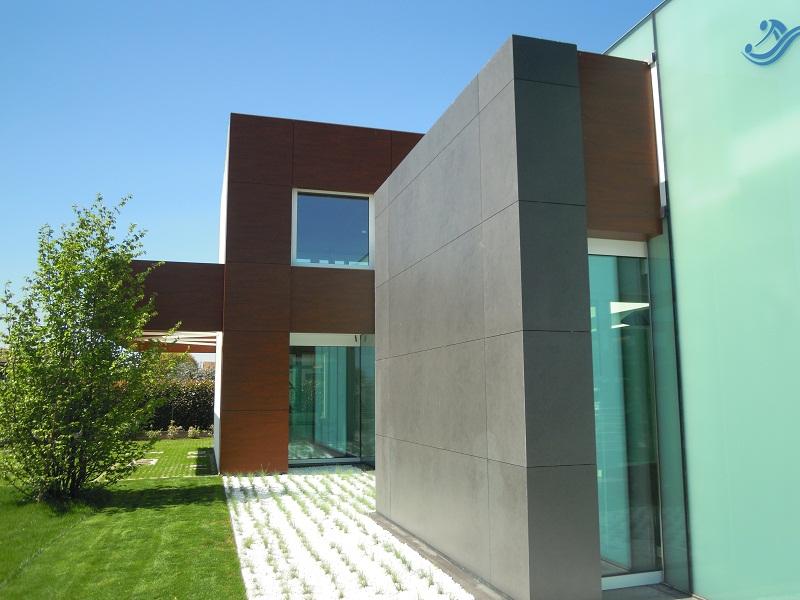 L'edificio è stato pensato secondo le più moderne linee architettoniche, attraverso una composizione di spazi e volumiche si incastrano e si sovrappongono l'uno sull'altro.